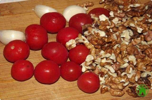 очищаем орехи, нарезаем помидоры