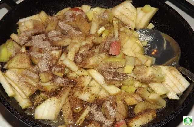 Отправляем в сковородку порезанные длинными брусочками яблоки