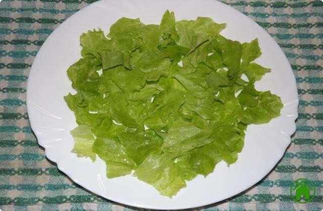Мелко нарываем руками салат