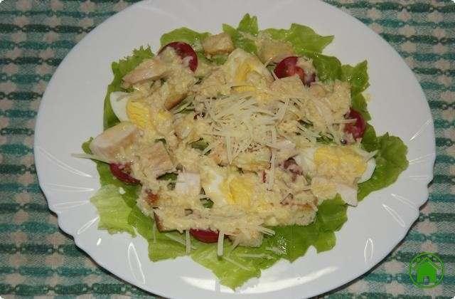 поливаем салат соусом