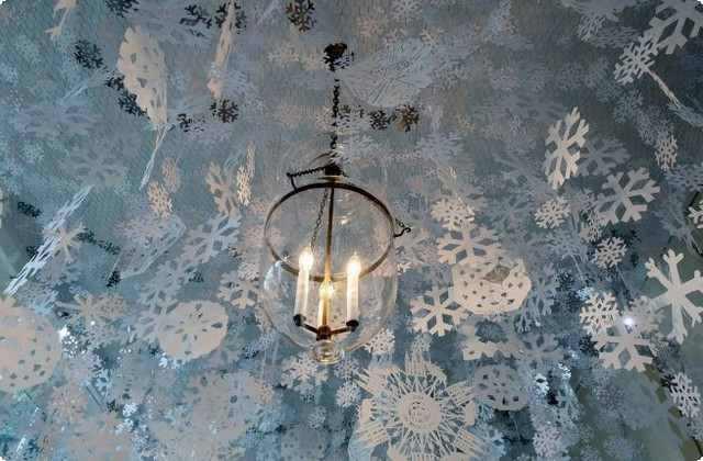 вешаем снежинки на потолок