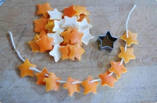 вырезаем звездочки из кожуры мандарина