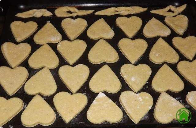 складываем печенье на противень